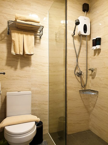 Bathroom and Toilet facilities in Deluxe Double with City View Room of The Bridge Club Hotel