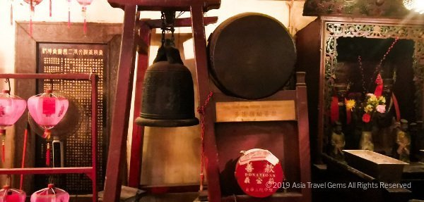 Man Mo Temple - Drum and Bell - devotees strike both and say a prayer